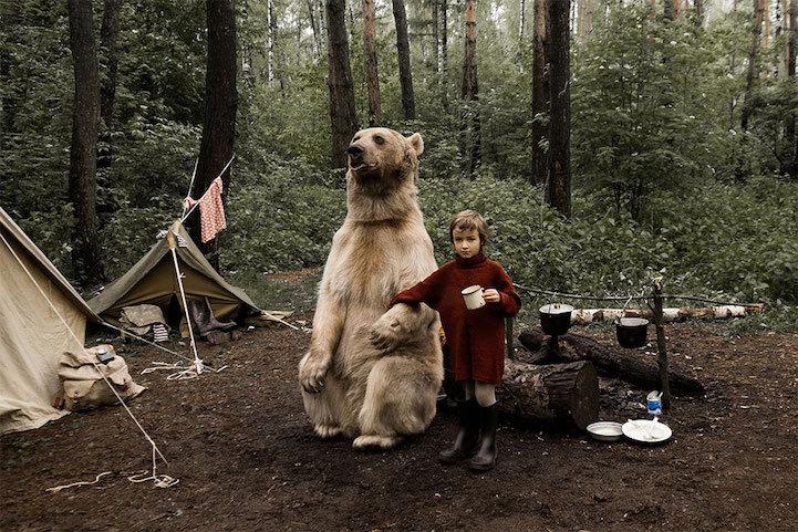 Российская семья фотографируется с медведем, пропагандируя отказ от охоты