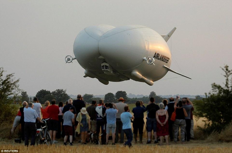 Летающий зад: в Великобритании запустили крупнейший в мире летательный аппарат