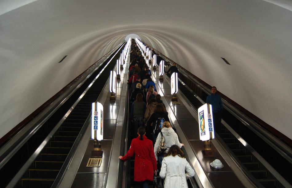 Arsenalna_metro_station_Kiev_2010_02