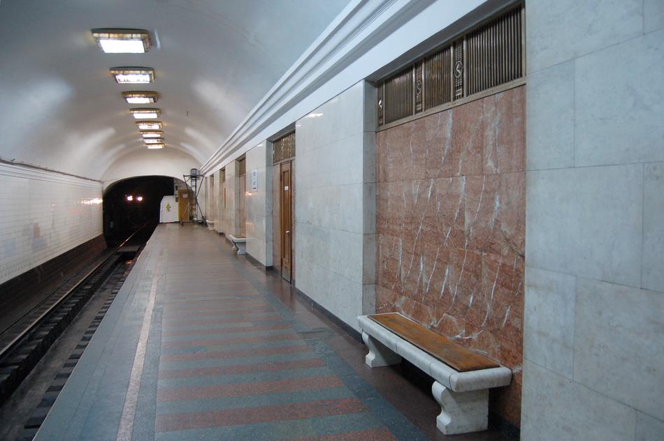 Arsenalna_metro_station_Kiev_2010_04