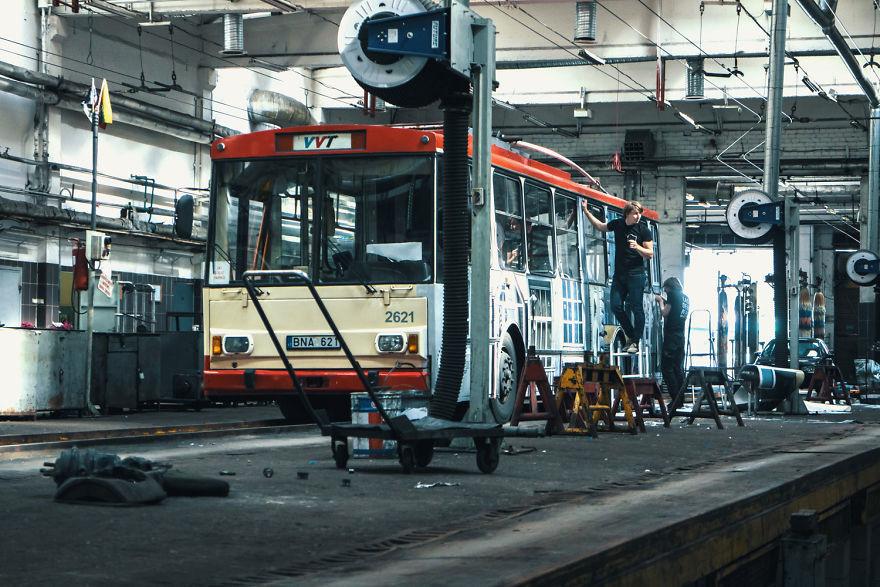 vanishing-trolleybus-vilnius-street-art-festival-liudas-parulskis-5-57c81cace02f5__880