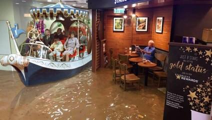 Мужчина в Старбаксе, оставшийся совершенно равнодушным к наводнению в ГонКонге, спровоцировал серию мемов