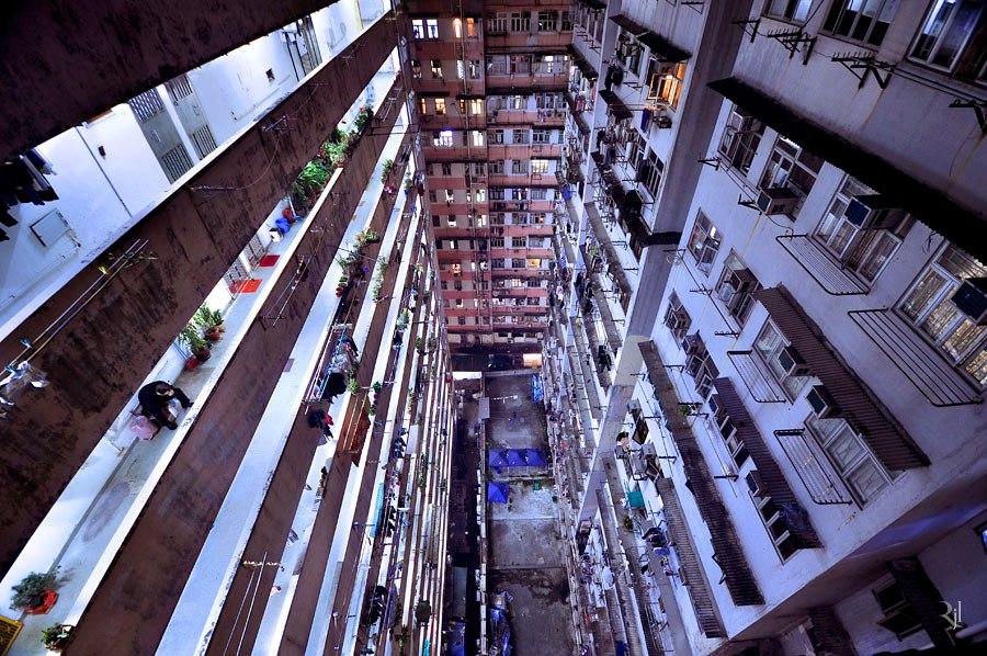 Вертикальные горизонты. Высотные здания Гонконга снизу.