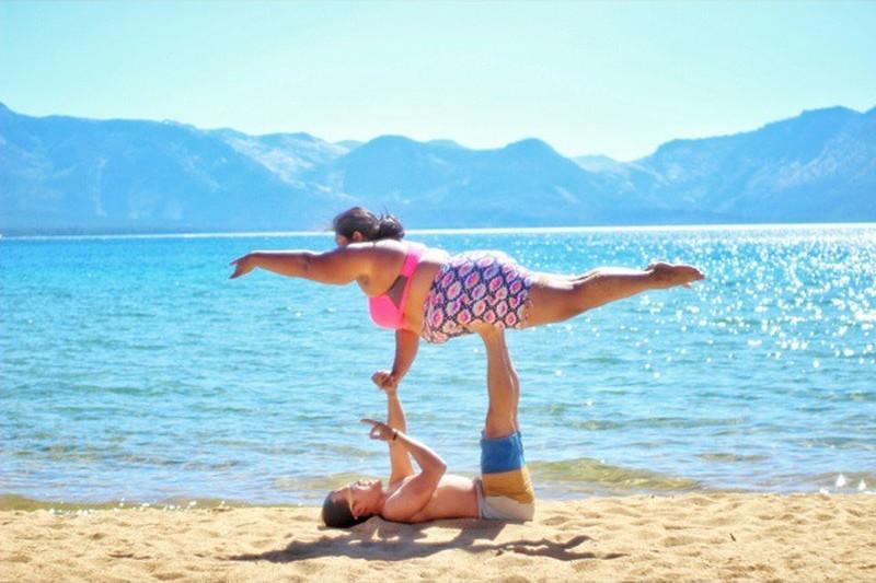 В народе бытует мнение, что йога - это занятие исключительно для худых, стройных и очень гибких людей