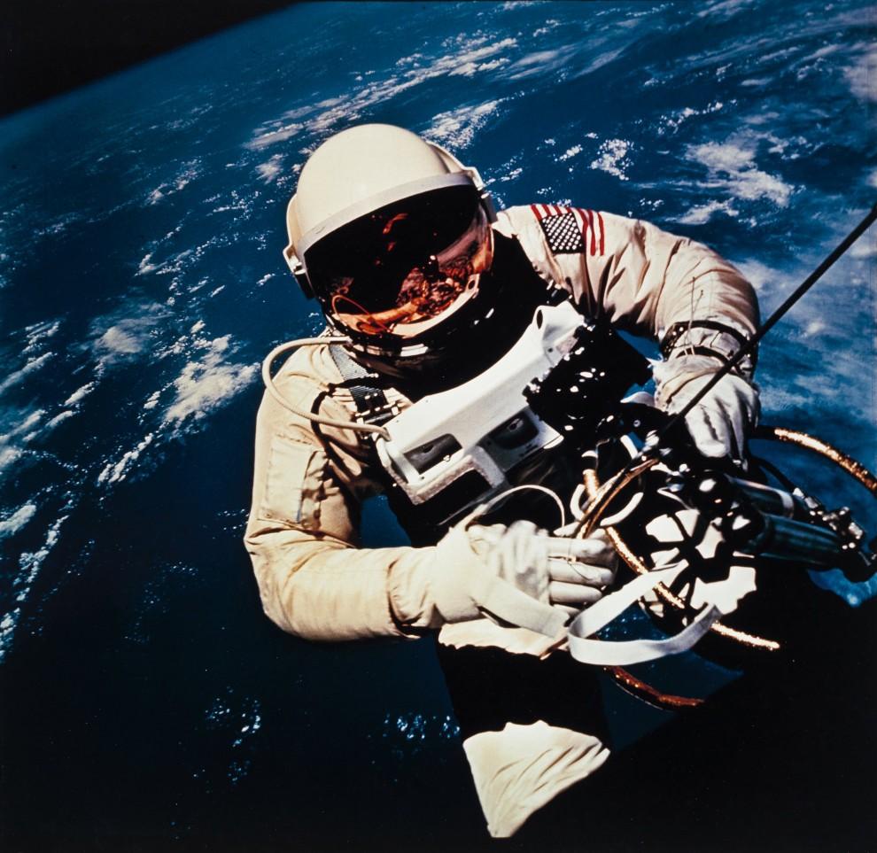 astronavty-31-1-990x963
