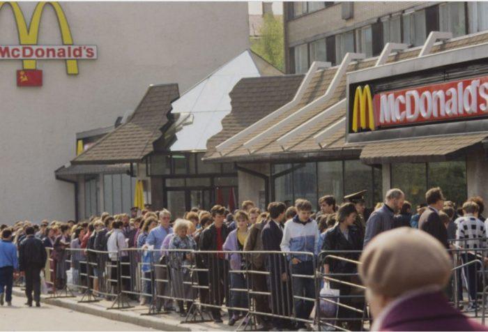 Огромная очередь в Макдональдс. СССР, 1991 год.