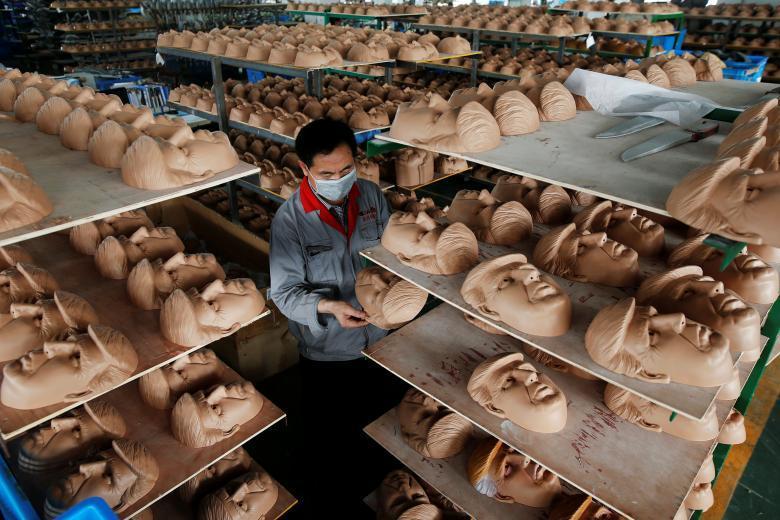 Маски Дональда Трампа на фабрике по производству латексных масок и декораций Jinhua Partytime Latex Art and Crafts Factory в Цзиньхуа в провинции Чжэцзян.