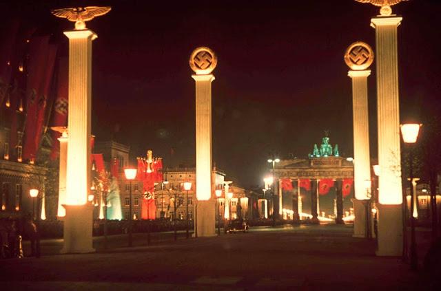Иллюминация Берлина в честь 50-летия Гитлера, апрель 1939 года.