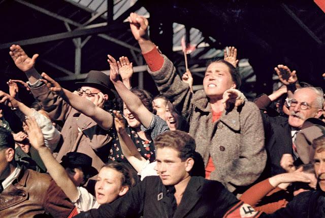 Толпа приветствует кампанию Гитлера по объединению Австрии и Германии, 1938 год.