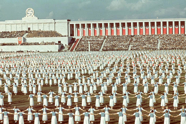 Члены Союза немецких девушек танцуют, Нюрнберг, 1938 год.
