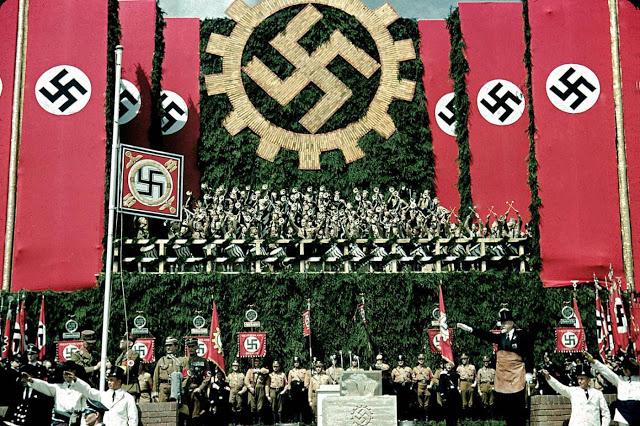 Гитлер на церемонии закладки первого камня на заводе Volkswagen Works, 1938 год.