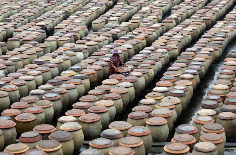 Производство соевого соуса традиционным методом на фабрике в Цзиньцзяне в провинции Фуцзянь.