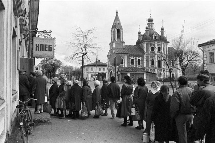 Очередь за хлебом в Переславле — Залесском. СССР, Ярославская область, 1991 год.