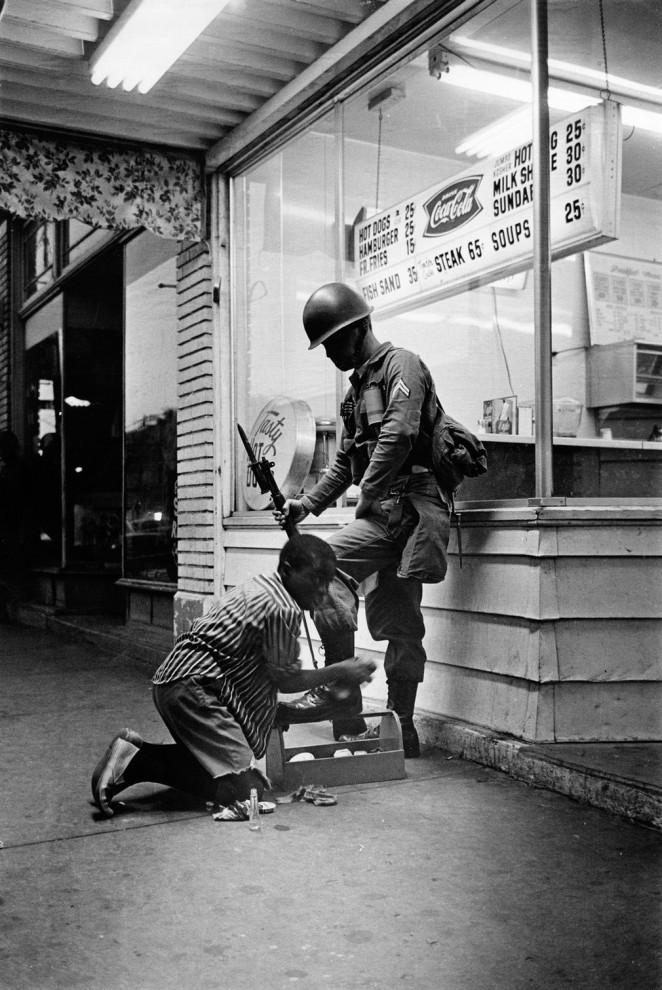 Солдат и чистильщик обуви. Фотография была сделана во времена массовых беспорядков в Детройте в 1967 году.