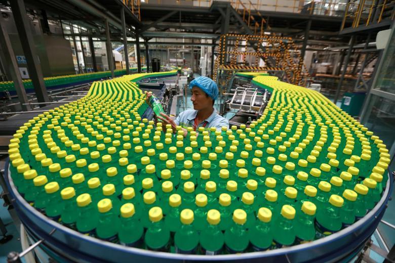 Конвейер на фабрике в Лохэ в провинции Хэнань.