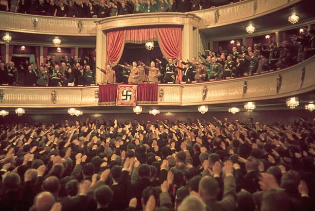 Гитлер и Йозеф Геббельс в ложе Шарлоттенбургского театра, Берлин, 1939 год.