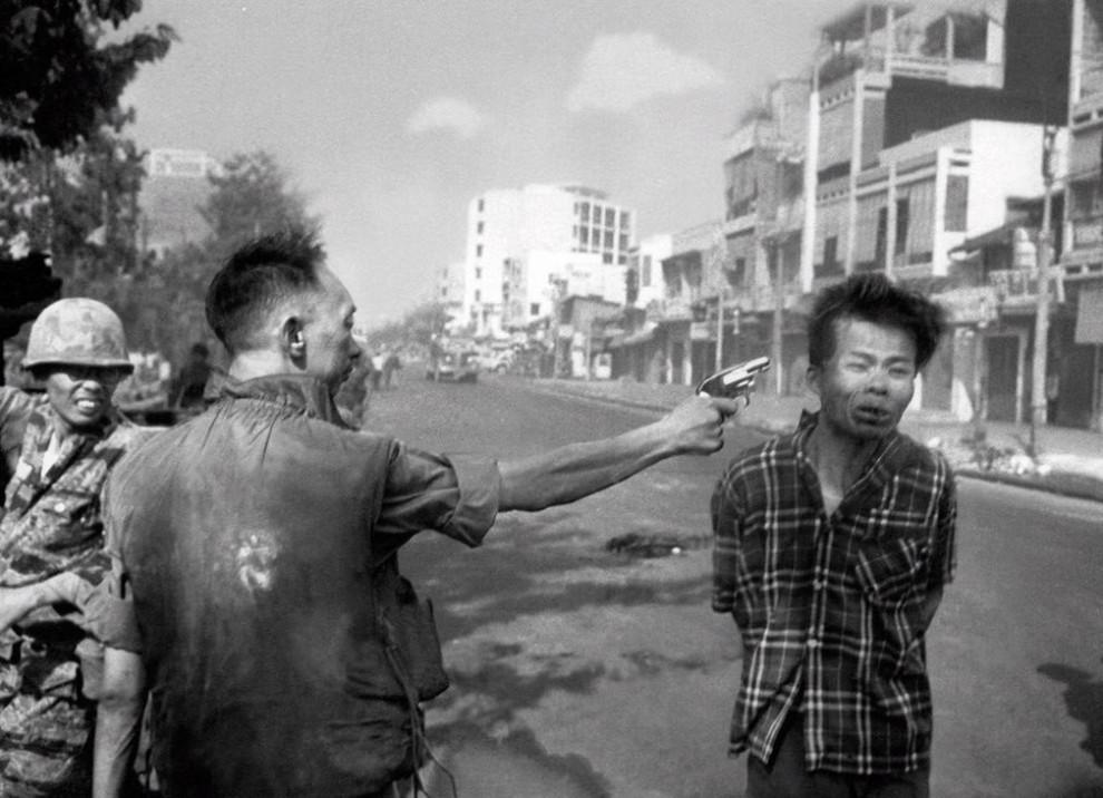 Начальник полиции Южного Вьетнама Нгуен Нгок Лоан казнит офицера Вьетконга выстрелом в голову. Сайгон, февраль 1968 года.