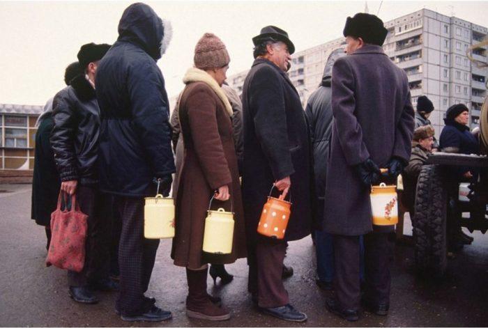 Очередь за квасом. СССР, Тула, 1991 год.