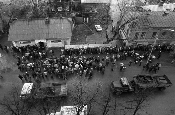 Очередь за товарами первой необходимости. СССР, Пермь, 1991 год.