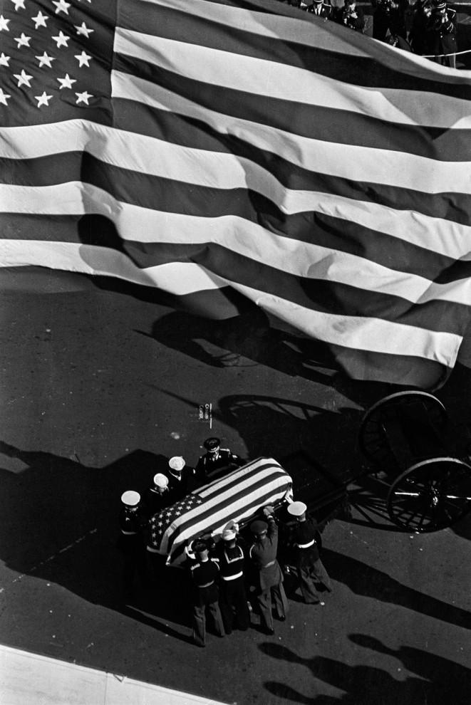 Гроб убитого президента США Джона Кеннеди возле Капитолия, 24 ноября 1963 года.