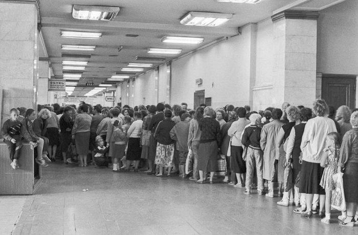 Очередь в универмаге Детский мир. СССР, Москва, 1990 год.