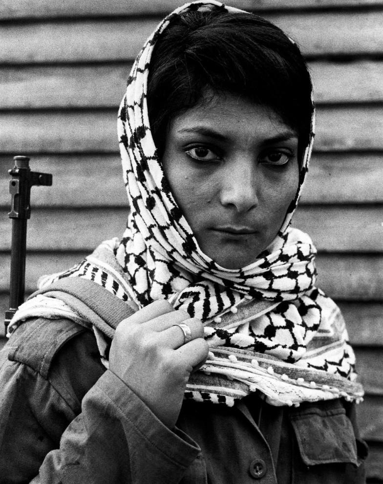 Лейла Халед, участвовавшая в террористическом захвате самолёта компании Trans World Airlines в 1969 году, в лагере для беженцев из Палестины в Ливане, 1970 год