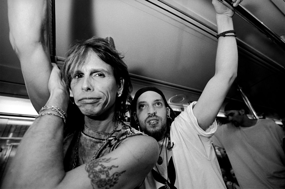 USA. New York City. 2001. Steven TYLER riding on a subway.