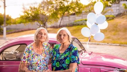 Сестры-близнецы из Бразилии отметили свой 100-ый день рождения милой фотосессией