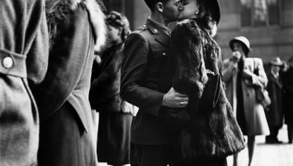 Культовые фотографии поцелуев из архивов журнала LIFE Magazine