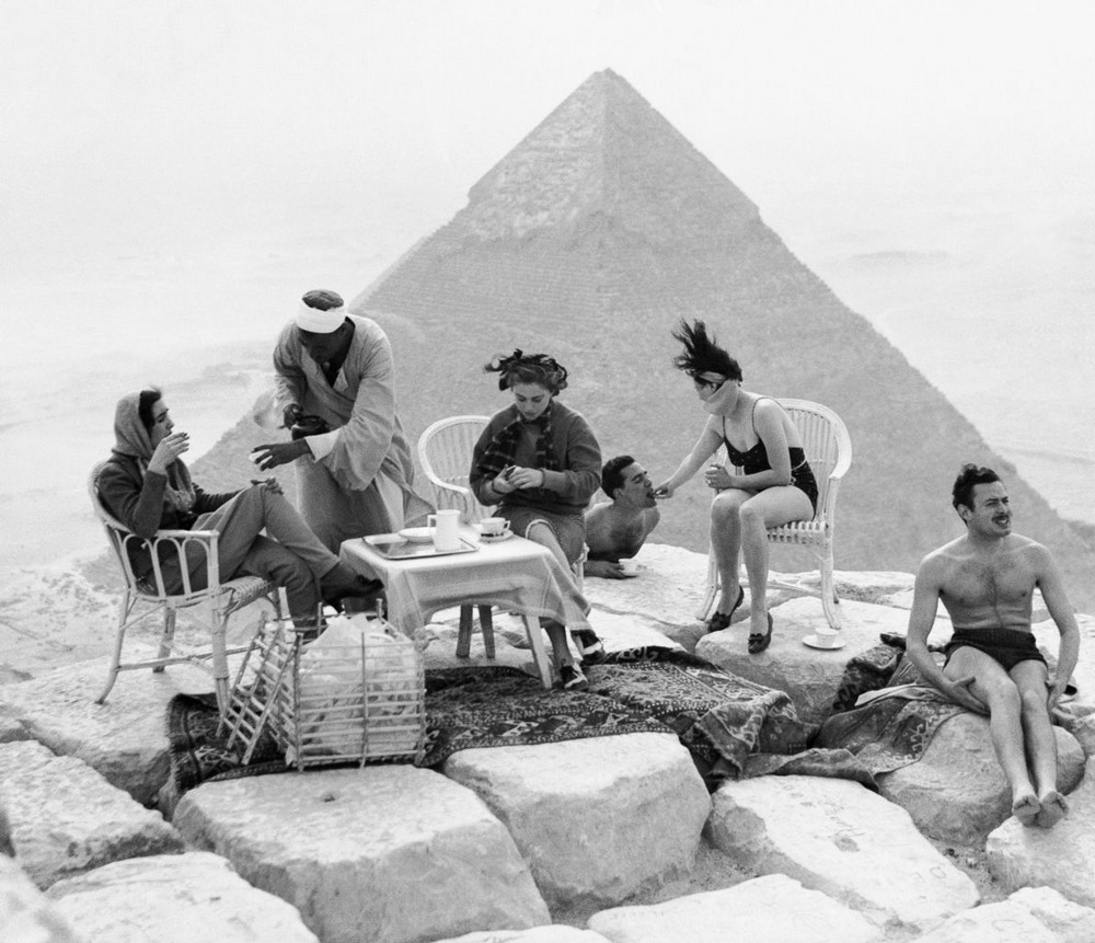 retro-foto-turistov-na-piramidah-Gizy_1