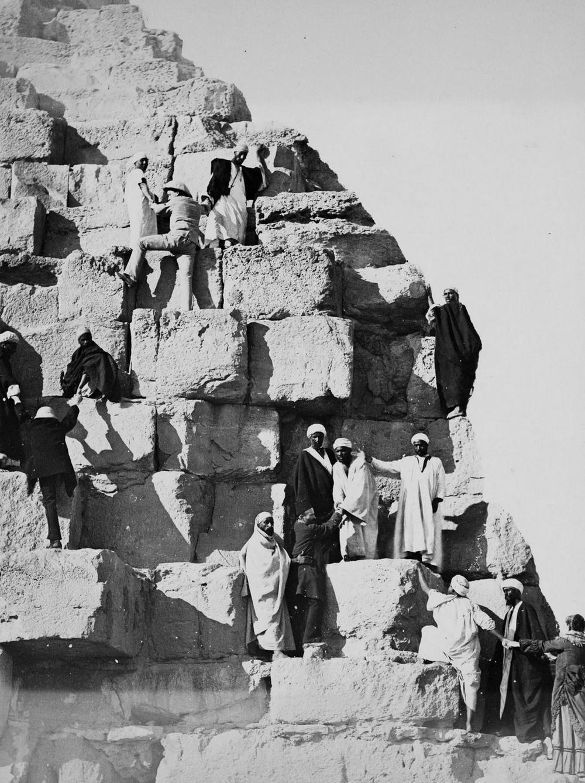 retro-foto-turistov-na-piramidah-Gizy_10