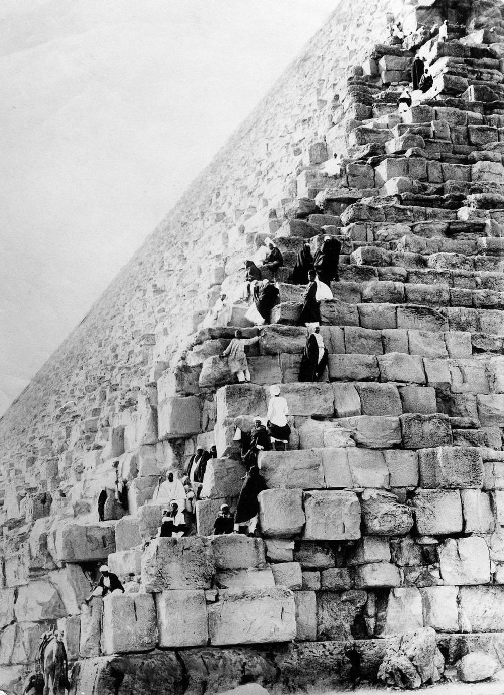 retro-foto-turistov-na-piramidah-Gizy_11