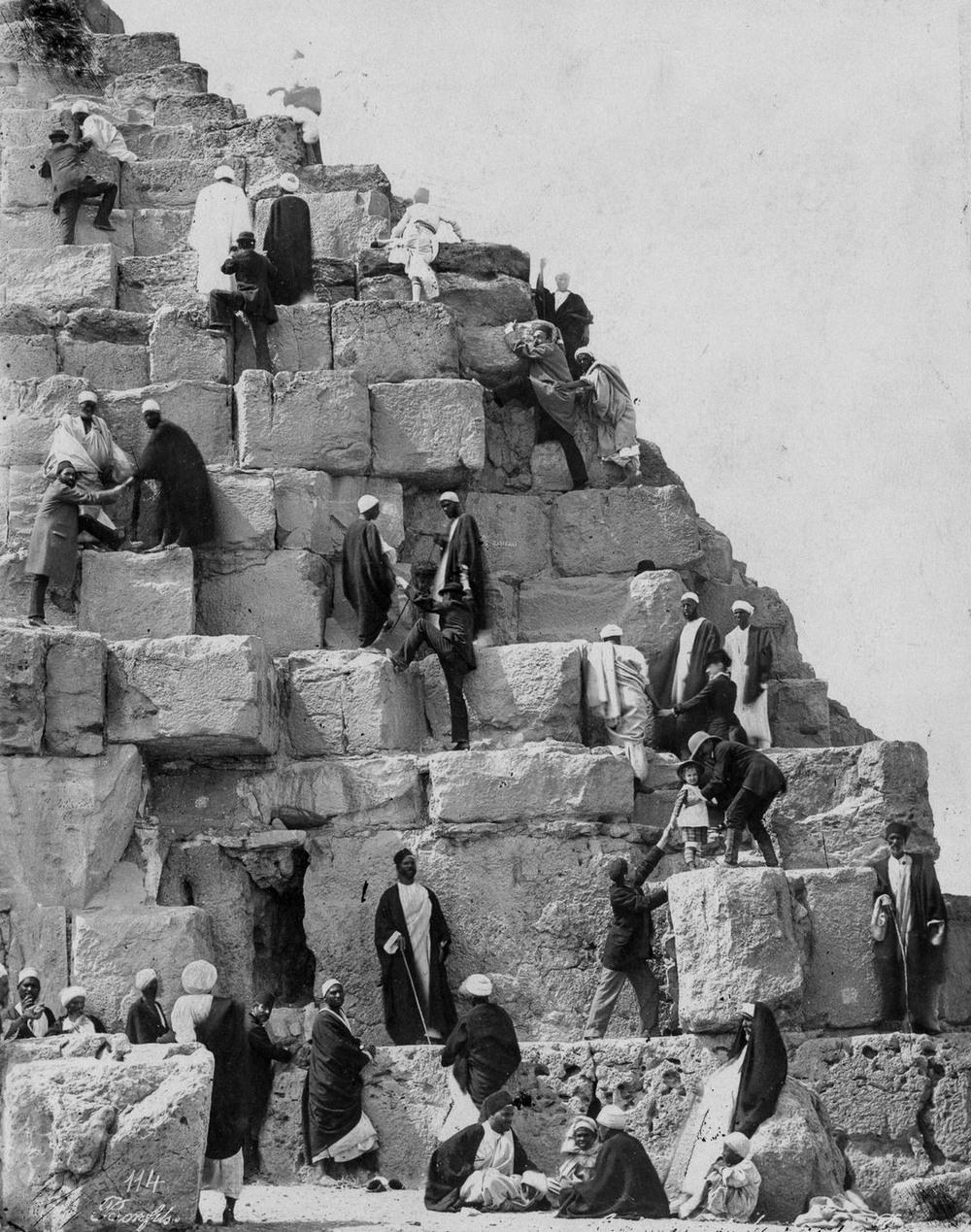 retro-foto-turistov-na-piramidah-Gizy_14