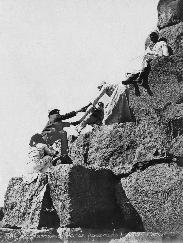 retro-foto-turistov-na-piramidah-Gizy_16