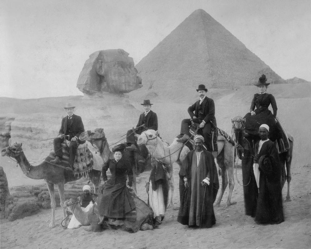 retro-foto-turistov-na-piramidah-Gizy_2