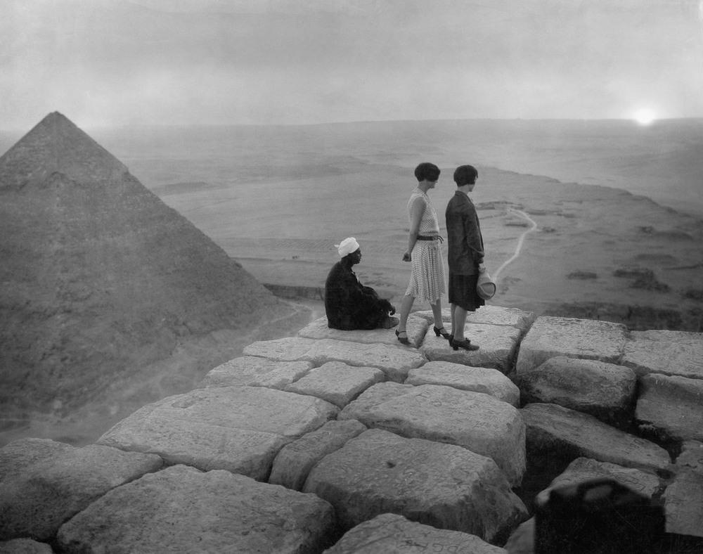 retro-foto-turistov-na-piramidah-Gizy_21