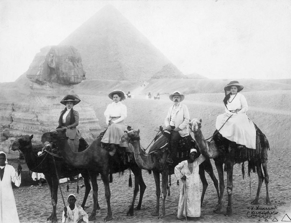 retro-foto-turistov-na-piramidah-Gizy_4