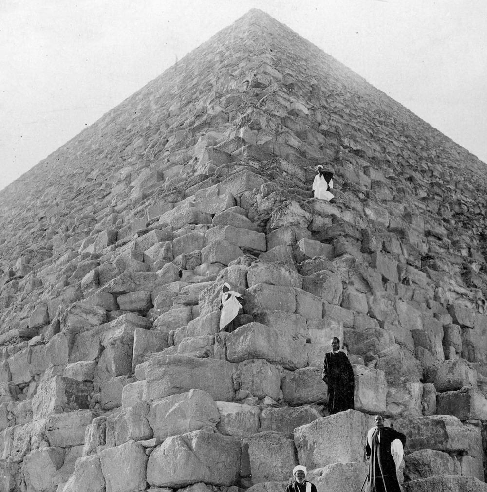 retro-foto-turistov-na-piramidah-Gizy_6