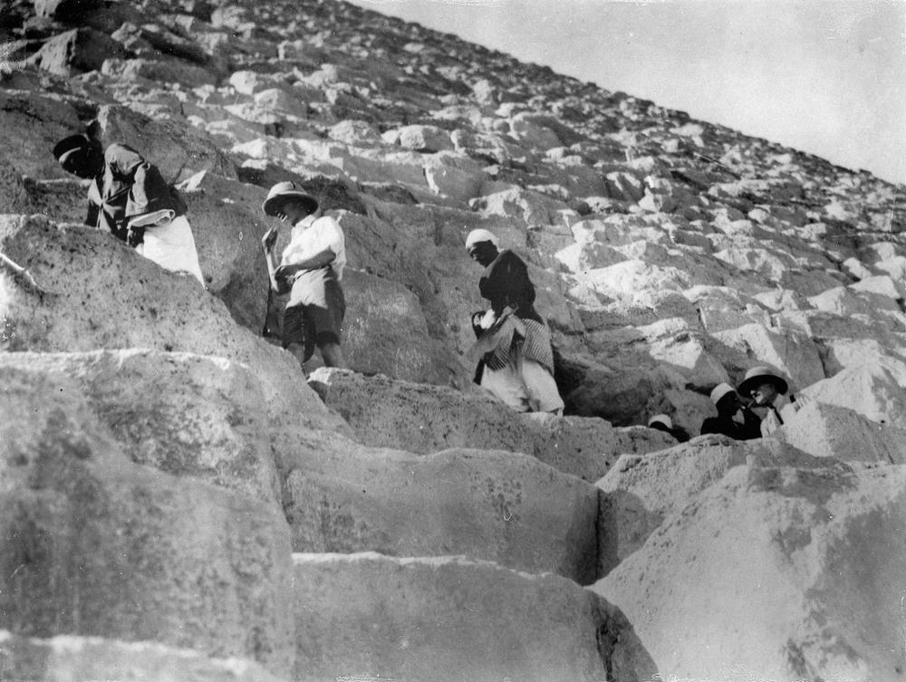 retro-foto-turistov-na-piramidah-Gizy_7