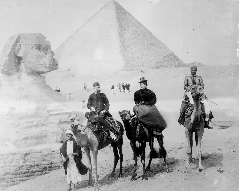 retro-foto-turistov-na-piramidah-Gizy_8