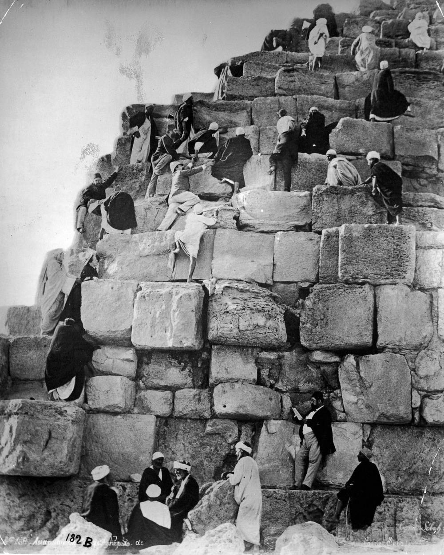 retro-foto-turistov-na-piramidah-Gizy_9