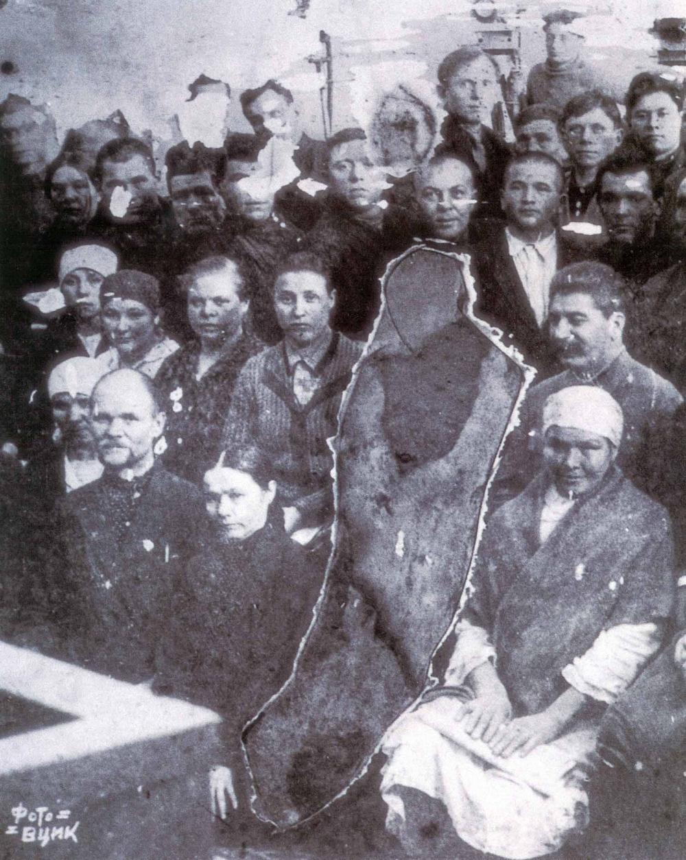 Татарские делегаты 2-го всесоюзного съезда передовиков-колхозников со Сталиным, Калининым и Молотовым в феврале 1935 года. Фигура, ближайшая к Сталину, просто вырезана из снимка. Иногда нежелательных людей удаляли из фотографий ножницами, за хранение снимка с врагом народа можно было дорого поплатиться.