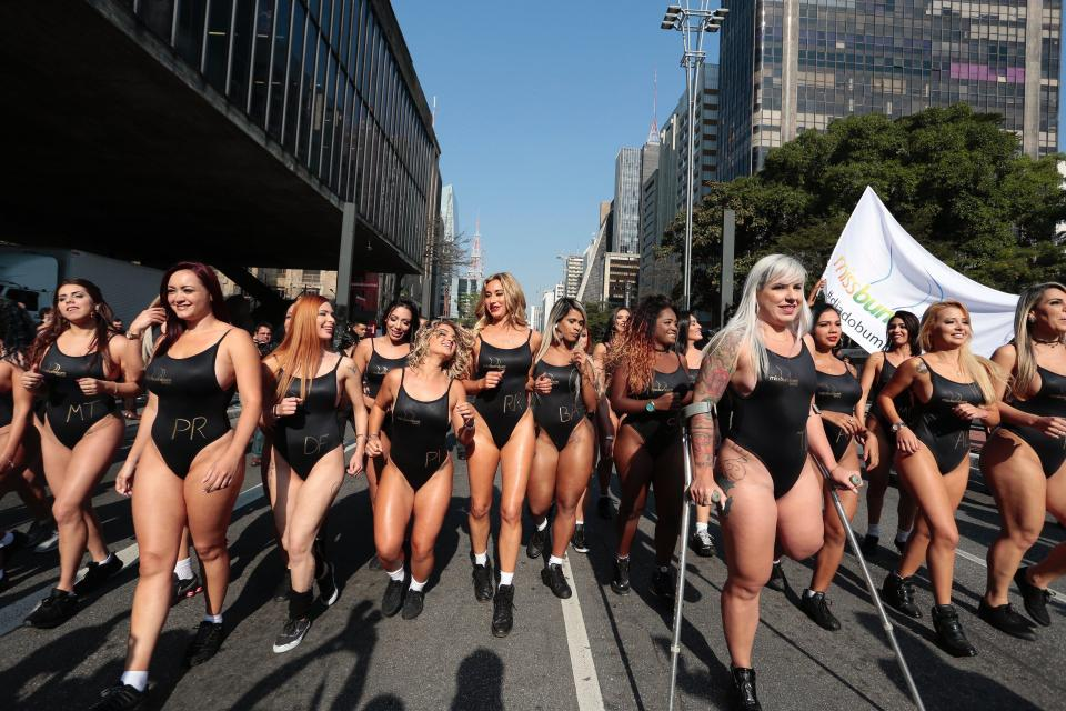Конкурсантки «Мисс Бум-Бум» на звание лучшей попы Бразилии, прошлись по улице