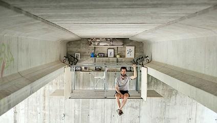 Студия под оживленным мостом: Новый взгляд на дизайнерские решения