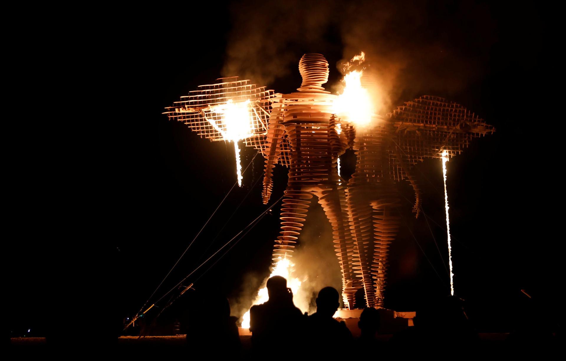 Первое сожжение небольшого деревянного человека было в 1986 году, тогда ещё на одном из пляжей Сан-Франциско, небольшой группой друзей.