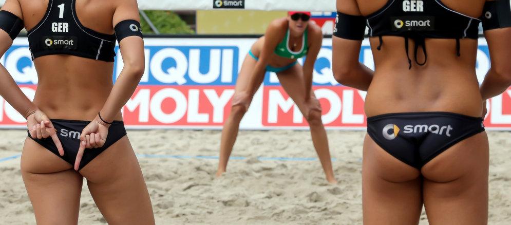 В пляжный волейбол играют парами, соответственно, левая рука обозначает соперника слева, а правая — соперника справа. Пространство между руками может обозначать, а может не обозначать центр площадки — по договоренности. НА ФОТО: Кэтрин Холтвик и Илка Семмлер (Германия)