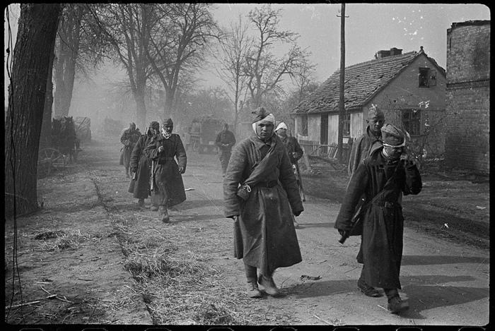 15 уникальных фотографий, которые были сделаны в конце Великой Отечественной военкором, который прошёл семь фронтов