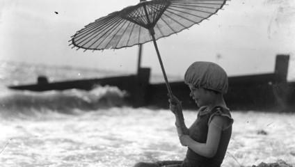 Уникальные ретро фотографии о том, как отдыхали на пляжах в начале XX века