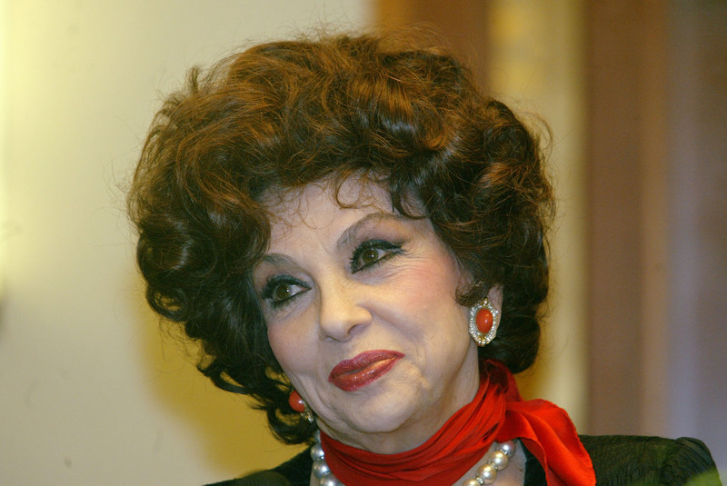 Italian actress Gina Lollobrigida signs autographs after a press conference during which she spoke about her carrier 04 February 2005 in Budapest. AFP PHOTO FERENC ISZA