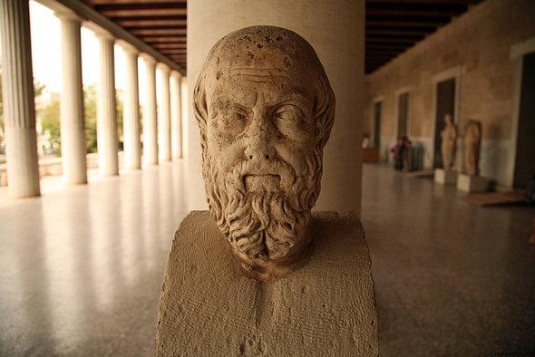 Мысли Геродота о строительстве пирамид можно считать условными из-за того, что он жил спустя 2 тысячи лет после их строительства
